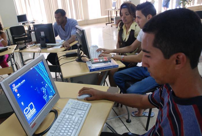 En Cuba las tecnologías de la información y las comunicaciones se considera como un sector que tributa directamente al desarrollo económico y social.