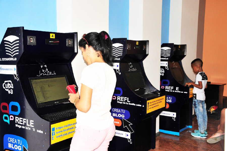 La copia del producto cultural Mochila constituye uno de los servicios más demandados en las instalaciones. (Foto: Vicente Brito / Escambray)