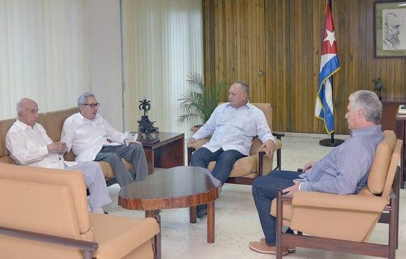 Raúl, Díaz-Canel y Machado conversaron con Diosdado Cabello. (Foto: Estudios Revolución)