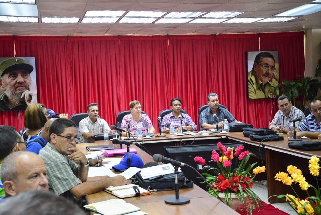 En la sede de la Asamblea Provincial del Poder Popular, Inés María Chapman evaluó las obras del Trasvase Centro-Este. (Foto: Vicente Brito)