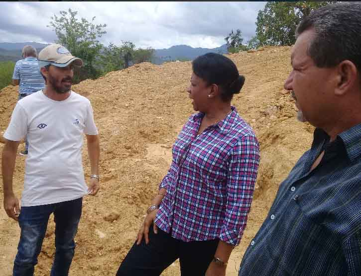 Los trabajos de movimiento de tierra para el emplazamiento de un tanque de agua fueron constatados en el terreno. (Foto: Pepe Camellón / Escambray)