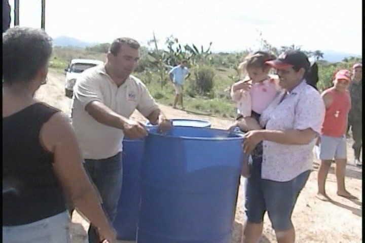Cientos de tanques plásticos se han distribuido a los pobladores de la serranía espirituana.
