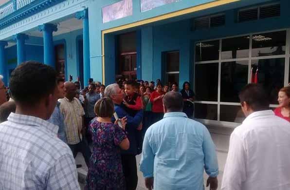 Díaz-Canel recorrió centros gastronómicos, sociales y deportivos de la ciudad de Bayamo. (Foto: Periódico La Demajagua)
