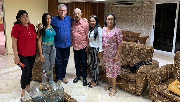 Díaz-Canel se reúnió con familiares del doctor Asael Herrera Correa. (Foto: @DiazCanelB /Twitter)
