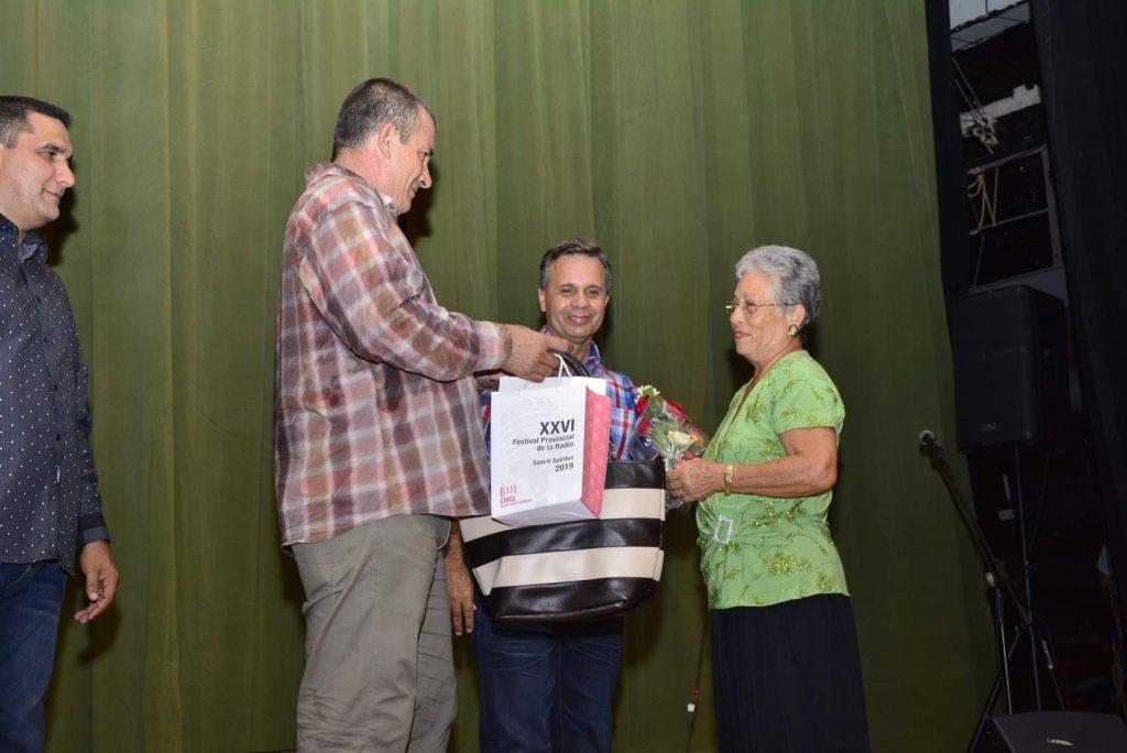 La locutora Maria Josefa Jiménez fue galardonada con el Premio por la obra de la vida. (Fotos: Vicente brito / Escambray)