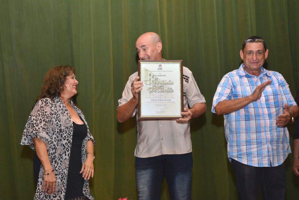 El director y realizador radial Rafael Orellana Miranda recibió en la Gala la condición de Artistas de Mérito del ICRT.