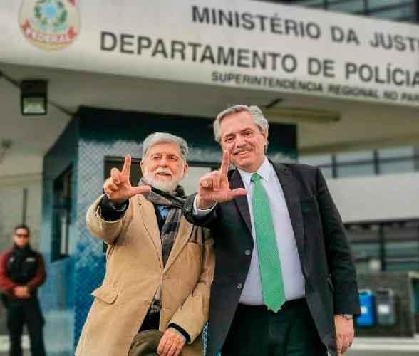Alberto Fernández y Celso Amorin en las afueras de la cárcel, donde Lula permanece hace más de un año. (Foto: Página 12)