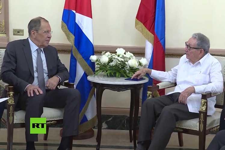 Raúl y Lavrov apostaron por continuar fortaleciéndo las relaciones bilaterales. Foto: Rusia Today.