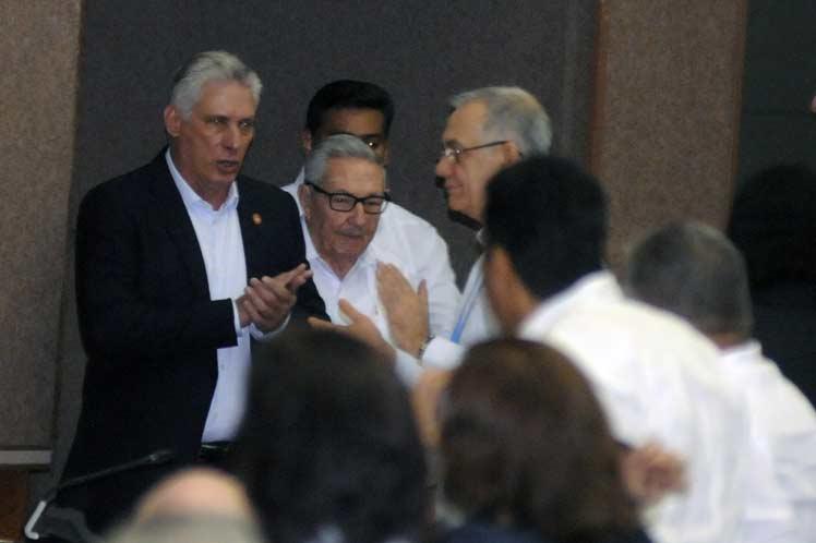 Raúl y Díaz-Canel asisten a la sesión plenaria de la Asamblea Nacional del Poder Popular. (Foto: PL)