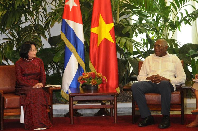 Ngoc Thinh y Valdés Mesa repasaron la implementación de los acuerdos bilaterales. (Foto: PL)