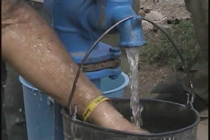 También la población rural se beneficia con la instalación de bombas de manigueta en pozos que estaban inutilizados.