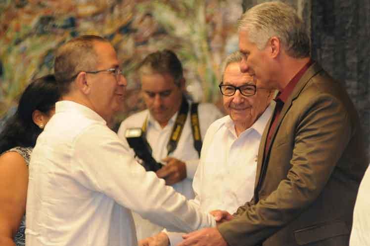Los nuevos embajadores cubanos saludaron a Raúl , Díaz-Canel y demás integrantes de la presidencia. Foto: PL.