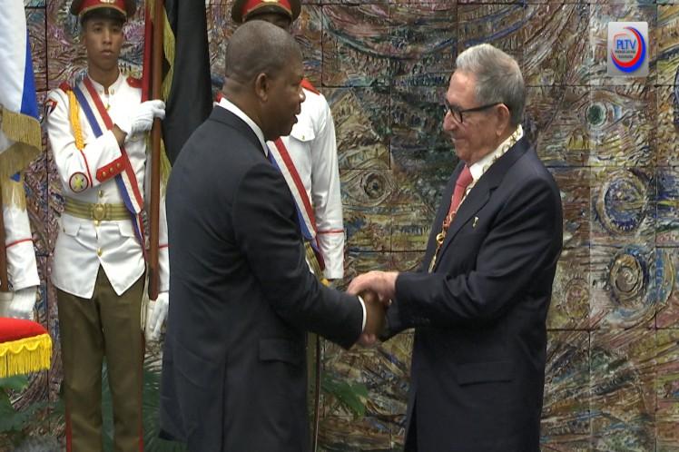 Raúl Castro condecoró con la orden José Martí al presidente de Angola, Joao Lourenço, por su méritos y valores. (Foto: PLTv)