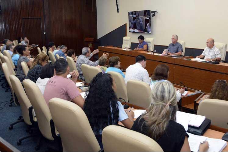 El presidente cubano encabezó el chequeo de varios temas claves de la actualidad nacional. (Foto: Estudios Revolución)