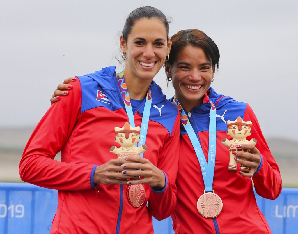 Rosana Serrano y Milena Venega felices con su bronce en doble par remos cortos peso ligero. (Foto: Sitio Web del torneo)