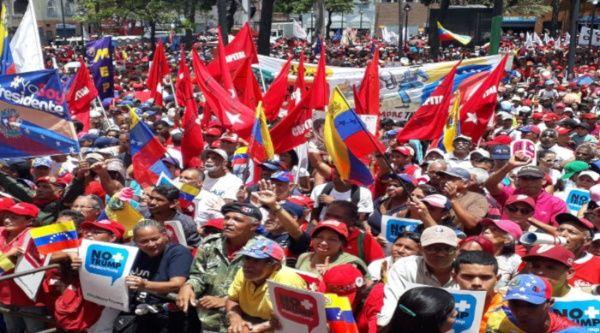 En todas las plazas Bolívar, los venezolanos se concentran para firmar un manifiesto en defensa de la Paz y la Soberanía. (Foto: Cortesía PSUV)