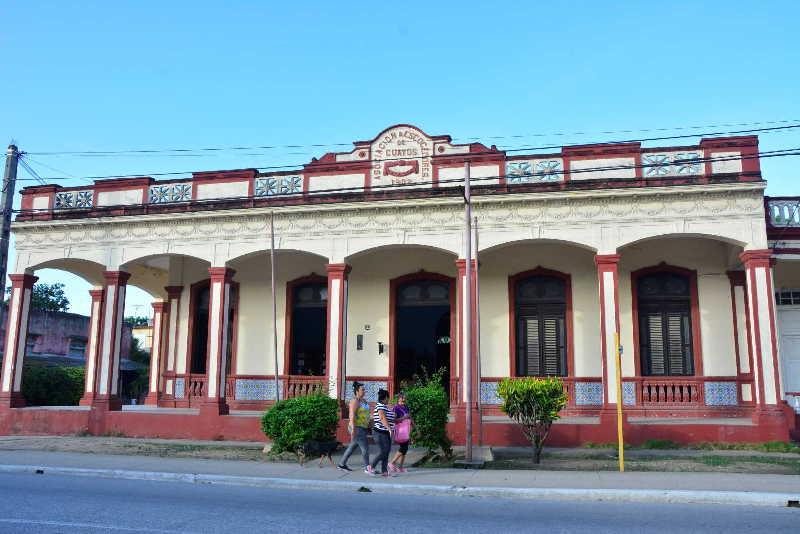 La institución es una de las edificaciones emblemáticas del poblado de Guayos. (Foto: Vicente Brito / Escambray)