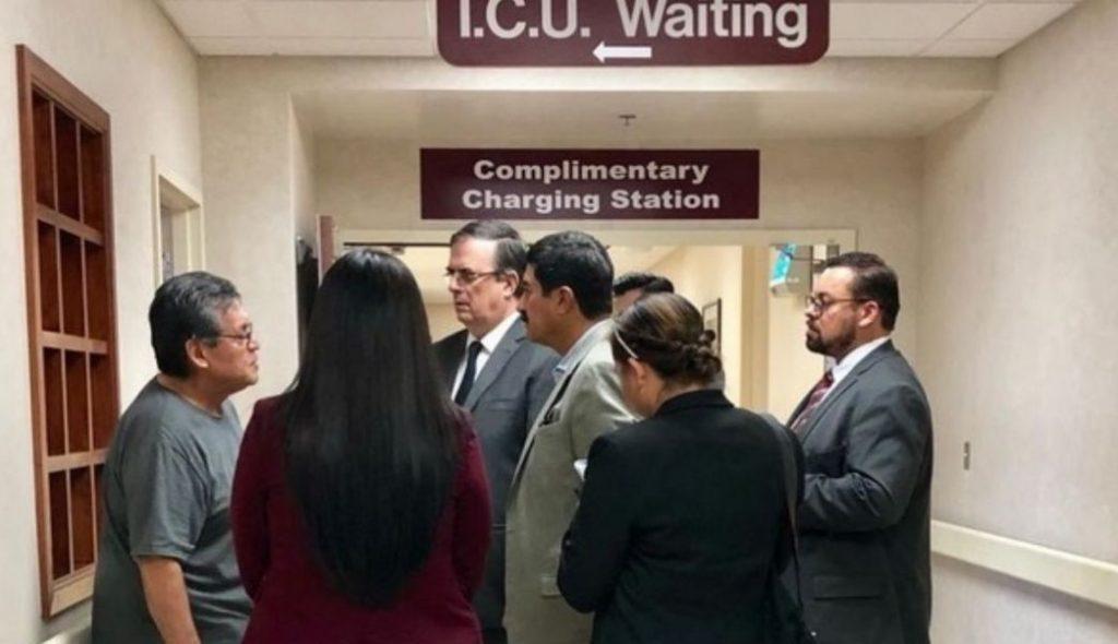 El canciller Marcelo Ebrard se reunió con familias de víctimas del tiroteo en El Paso.