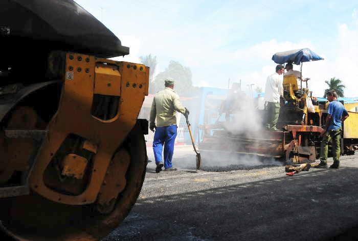 Chequea Díaz-Canel acciones para mejorar infraestructura vial en Cuba