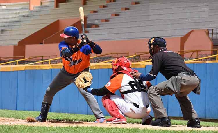 El bateo de los Gallos resultó inoportuno ante el pitcheo villaclareño. (Foto: Carlos Rodríguez Torres / Vanguardia)