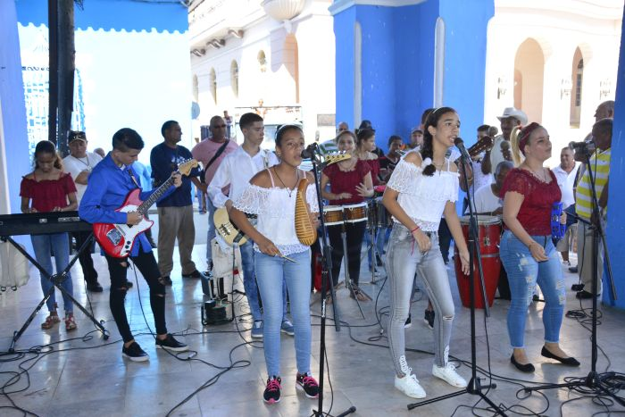 Espíritu de Ismaelillo se presenta el primer sábado de cada mes en los portales de la Casa de Cultura Osvaldo Mursulí. (Fotos: Vicente Brito / Escambray)