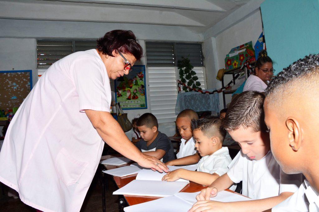 Celina le enseña diferentes habilidades a los 30 niños que posee en el aula. (Fotos: Vicente Brito / Escambray)