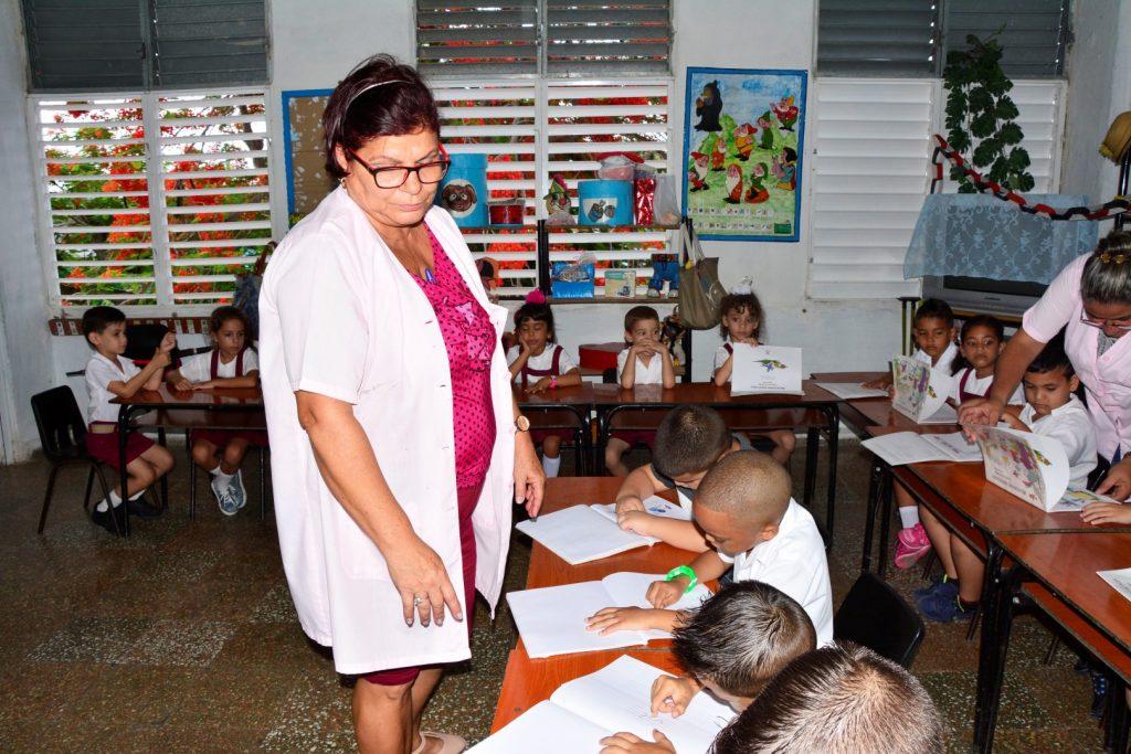 Los infantes aprenden las lecciones con un enfoque de juego.