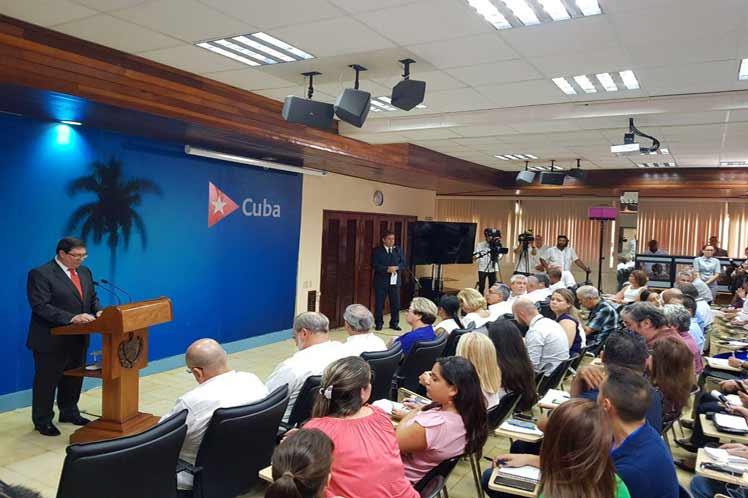Bruno Rodríguez presentó a la prensa el informesobre las afectaciones a Cuba por el  bloqueo estadounidense. (Foto: @CubaMINREX)