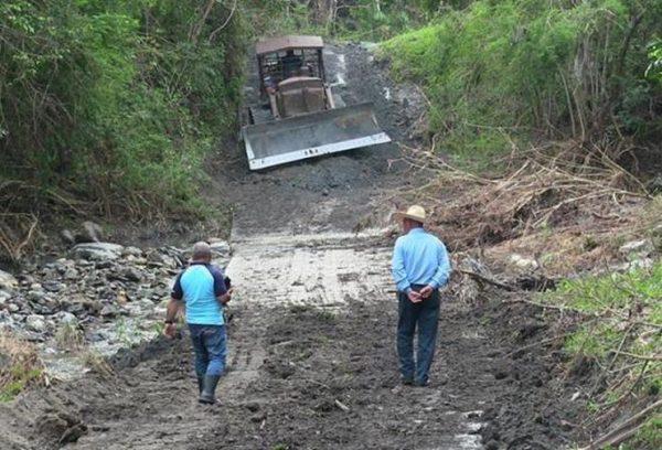 Las labores realizadas en el vial de Gavilanes después del paso del huracán Irma no fueron suficientes para mantenerlo transitable. (Foto: Mary Romero)