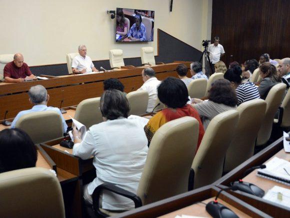 Díaz-Canel encabezó la reunión de chequeo al programa de Prevención, Asistencia y Trabajo Social. (Foto: Estudios Revolución)