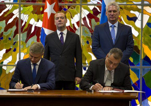 Díaz-Canel y Medvedev asistieron a la ceremonia efectuada en el Palacio de la Revolución. (Foto: Cubadebate)