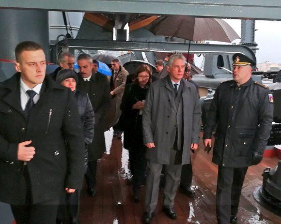 En su programa en San Petersburgo, el presidente cubano incluyó un recorrido al emblemático Crucero Aurora. (Foto: Equipo de prensa)