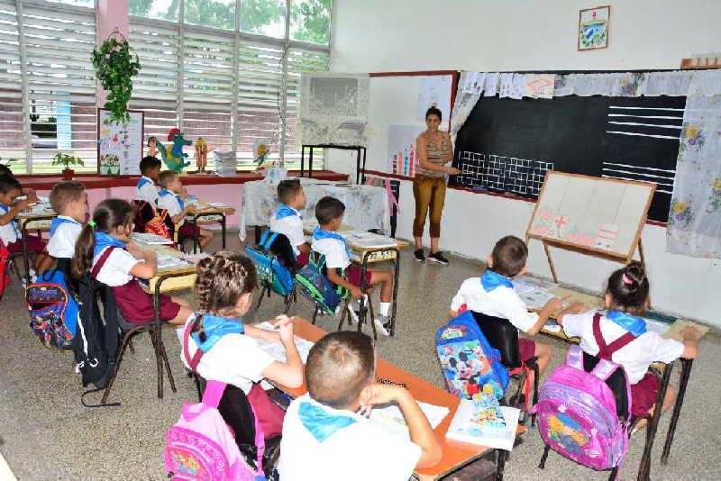 Para alumnos y maestros es un orgullo formar parte del seminternado Héroe de Yaguajay, la escuela que prometió el jefe guerrillero en Meneses. (Foto: Vicente Brito / Escambray)