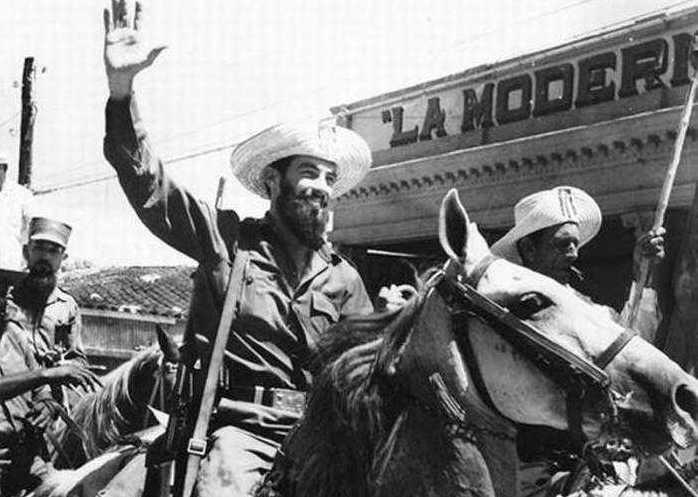 Camilo encabezó la caballería de campesinos que partió de Yaguajay para celebrar el asalto al cuartel Moncada frente al Capitolio en La Habana.