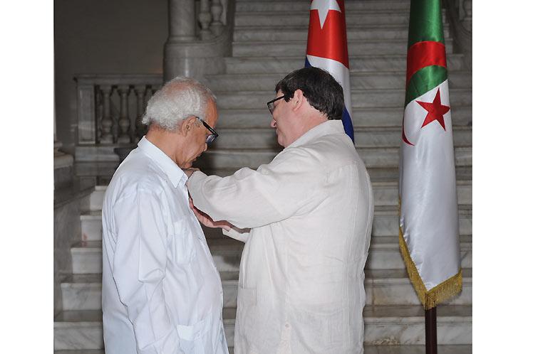 El titular cubano de Relaciones exteriores impuso la condecoración. (Foto: PL)