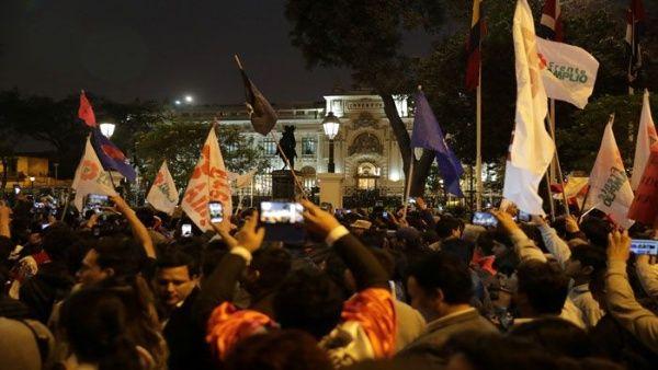 Sectores de la población salieron a las calles peruanas luego del anuncio realizado por Martín Vizcarra. (Foto: Reuters)