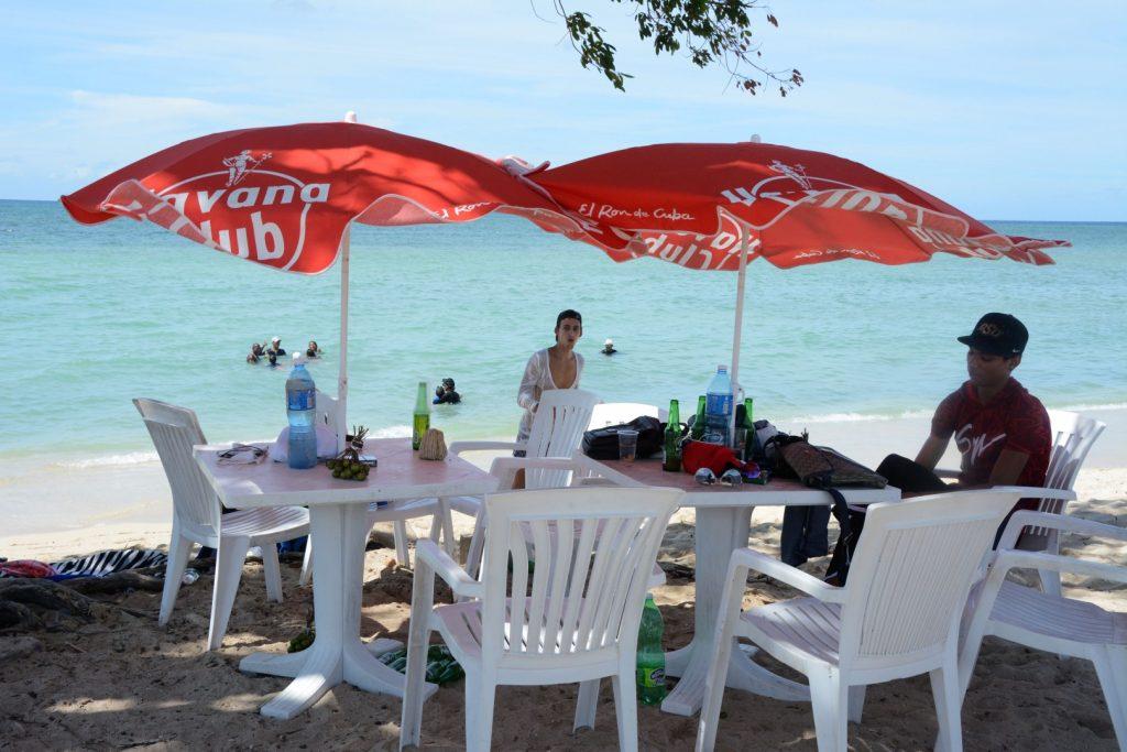 En las playas de la península de Ancón los visitantes no siempre protegen el medio ambiente. (Foto: Vicente Brito / Escambray)