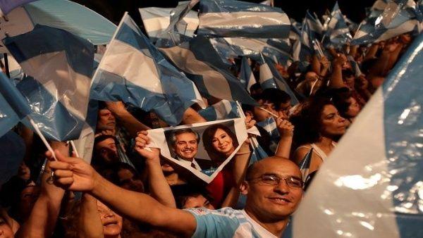 Los argentinos escuchan a los dirigente del Frente de Todos que ganaron las elecciones. (Foto: Reuters)