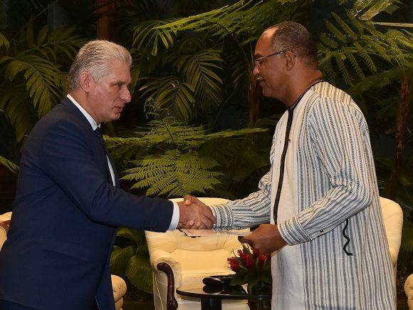 Recibe Díaz-Canel al Excmo. Sr. Alain Thierry Jean Baptiste Ouattara, embajador de Burkina Faso.