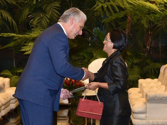Recibe Díaz-Canel a la Excma. Sra. Harisoa Lalatiana Accouche, embajadora de la República de Seychelles.