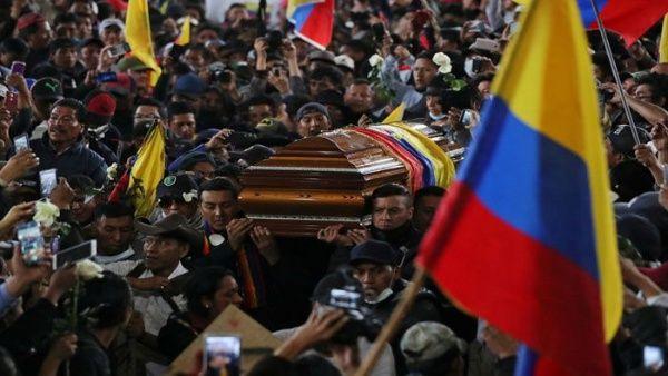 Movimientos indígenas rindieron homenaje a dos de sus miembros que murieron durante las protestas. (Foto: Reuters)
