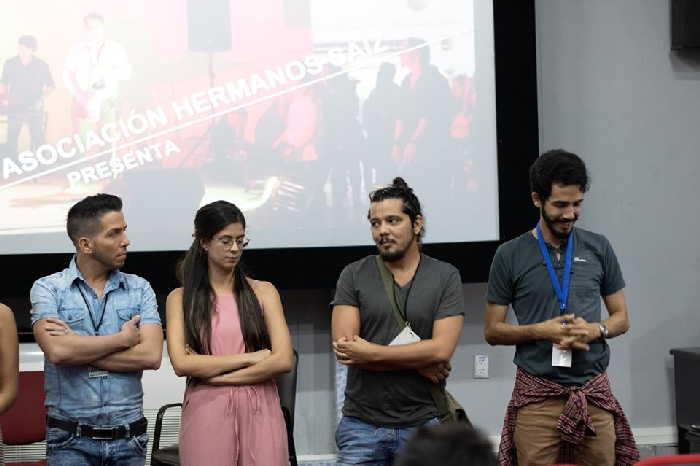 Abdel Martínez Castro (el tercero de izquierda a derecha) en nombre de su colectivo, recibió el lauro en el certamen camagüeyano. (Foto: Tomada del perfil de facebook de El almacén de la imagen)