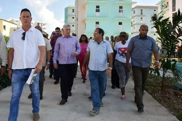 El presidente cubano recorrió los nuevos inmuebles y conversó con los pobladores. (Foto: PL)