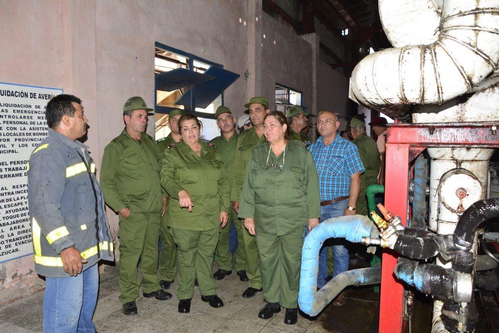 Un ejercicio de enfrentamiento al supuesto escape de productos tóxicos fue supervisado en la Destilería Paraiso.