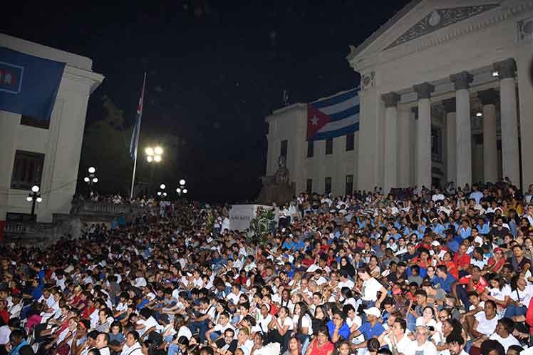 La escalinata de la Universidad de La Habana, donde estudió Fidel, sirvió de escanario para la velada. (Foto: PL)