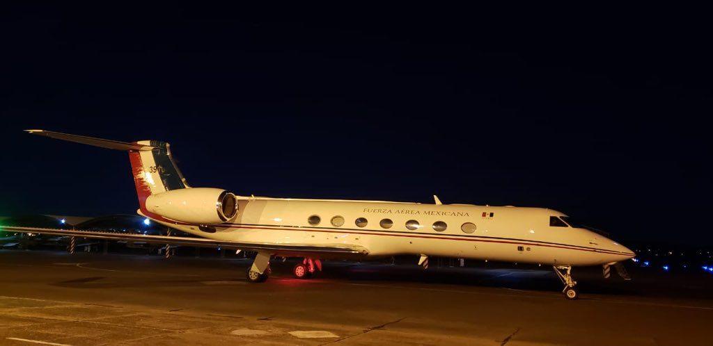 El avión de la Fuerza Aérea Mexicana que traslada a Evo en la pista del aeropuerto de Asunción. (Foto: Twitter @pvillegas_tlSUR)