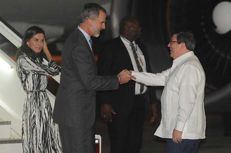 El canciller cubano Bruno  Rodríguez recibió a la pareja real en el  aeropuerto José Martí. (Foto: PL)