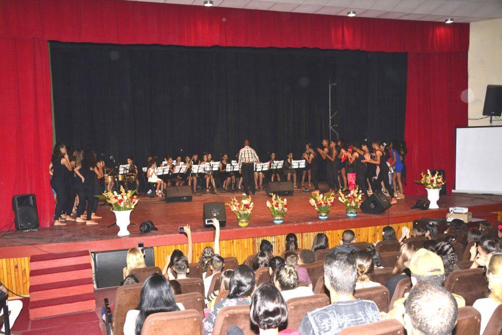 Mediante canciones y danzas, los estudiantes de la Escuela Elemental de Arte demostraron que las ideas de Fidel siguen vivas. (Fotos: Vicente Brito / Escambray)