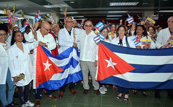 Por Santiago de Cuba arribó el último grupo de colaboradores de la isla que se desempeñaba en Ecuador. (Foto: ACN)