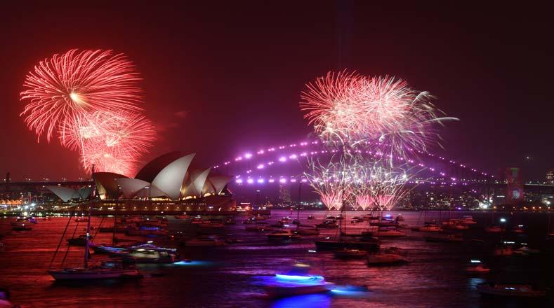 En Australia los tradicionales fuegos artificiales para celebrar el Año Nuevo estuvieron a punto de ser suspendidas por los incendios descontrolados al sus del país, sin embargo, en la capital, Sidney, se realizó el espectáculo de luces Foto: Reuters.
